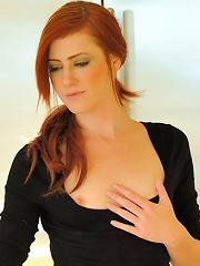 Elle redhead spreads pussy